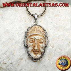Ciondolo in argento con cammeo di un volto su zanna