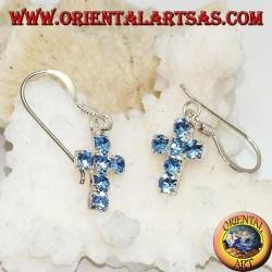 Silberne Ohrringe mit einem Kreuzanhänger aus blauen Zirkonen