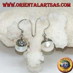 Orecchini in argento pendenti con perla d'acqua dolce e decorazione etnica
