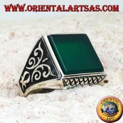 Anello in argento con agata verde quadrata, incisioni a rombi su e giù e decorazioni in altorilievo sui lati