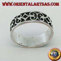 Anello a fedina in argento con decorazioni geometriche in bassorilievo