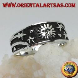 Anello a fedina in argento con sole e stelle comete in bassorilievo