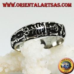 Anello a fedina in argento con scheletro integrale in altorilievo