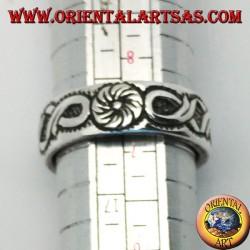 Anello a fedina in argento con decorazione continua a fiore e fiocchi in bassorilievo