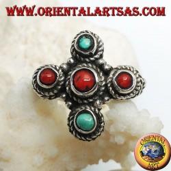 Anello in argento con tre coralli e due turchesi naturali di origine tibetana disposti a croce greca