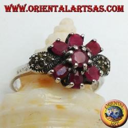 Anello in argento con rubino tondo naturale incastonato con tre rubini sopra e sotto e marcassite sui lati