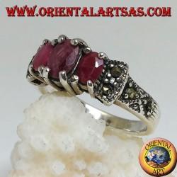 Anello in argento con tre rubini naturali ovali incastonati e marcassite sui lati