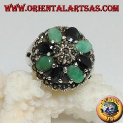 Anillo de plata con hemisferio rodeado de un círculo de esmeraldas y un conjunto ovalado de zafiros naturales y marcasita.