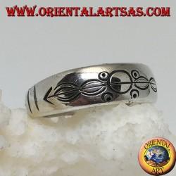 Anello in argento a fedina con incisi cerchi e ovali infilzati da una freccia