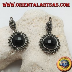 Silberne Ohrringe mit facettiertem rundem Onyx, umgeben von Markasit und Hebelverschluss