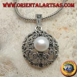 Ciondolo in argento con perla su disco bombato con decorazione traforata a cuori e marcassite
