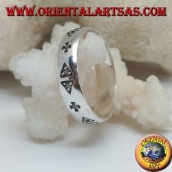 Серебряное кольцо с парой треугольников и крестом, выгравированным на барельефе