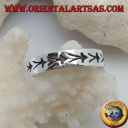 Anello in argento a fedina con meduse stilizzate incise in bassorilievo