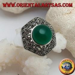 Anello in argento con agata verde tonda a cabochon su esagono decorato traforato tempestato di marcassite