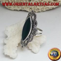Anello in argento con agata verde a navetta e decoro in stile classico traforato con marcassite