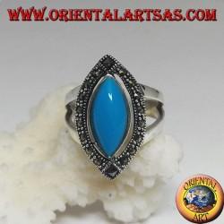 خاتم من الفضة مزين بقطع كابوشون باللون الفيروزي تحيط به علامة marcasite