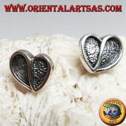 Серебряные серьги в форме сердца, выдолбленные в барельефе из лепестка