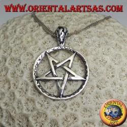 Ciondolo in argento a forma di pentacolo rovesciato nel cerchio con incisioni miste