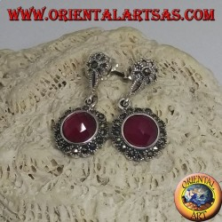 Silberohrringe mit facettiertem rundem synthetischem Rubin, umgeben von Markasit
