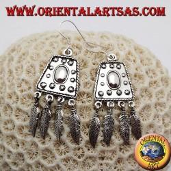 Orecchini in argento con trapezio decorato in rilievo e piume pendenti