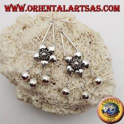 Orecchini in argento con fiore a 5 petali e tre campanellini pendenti
