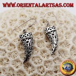 Orecchini in argento pendenti a forma di corno portafortuna traforato con decorazioni floreali