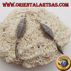 Orecchini in argento filo arrotolato a doppio cono con piuma pendente