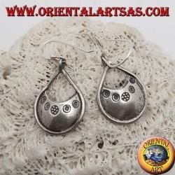 Orecchini in argento dischetto a goccia con incisioni in bassorilievo