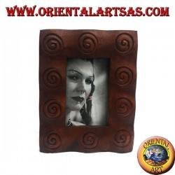Cornice portafoto con spirali incise in legno di pino da 25x20 cm