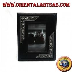 Cornice portafoto in legno di mango con due inserti di argentone a decorazione floreale da 20x16 cm
