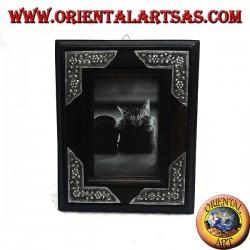 Cornice portafoto in legno di mango con quattro inserti di argentone a decorazione floreale da 20x16 cm
