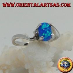 Anello in argento con opale blu ovale incastonato e montatura asimmetrica