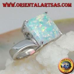Anello in argento con opale arlecchino quadrato incastonato a quattro e montatura asimmetrica