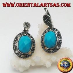 Silberne Ohrringe mit ovalem Cabochon mit türkisfarbenen Facetten, umgeben von einem Laubsägearbeiten aus Stern und Markasit