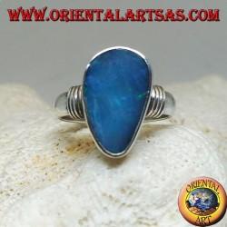 Bague en argent avec opale goutte asymétrique bleu naturel et rayures sur les côtés