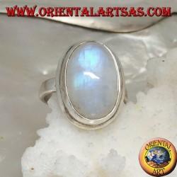 Anello in argento con pietra di luna arcobaleno cabochon ovale su montatura semplice con bordino