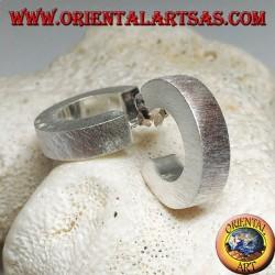 Orecchini in argento a cerchio largo squadrato con lavorazione satinata e chiusura a farfalla da 20 mm