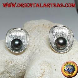 Серебряные серьги-лепестки с атласной матерью внутри и серой пресноводной жемчужиной
