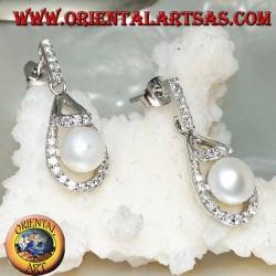 Серебряные серьги-капли с белым пресноводным жемчугом в окружении фианита