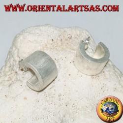 Orecchini in argento a cerchio largo squadrato con lavorazione satinata e chiusura a farfalla da 15 mm