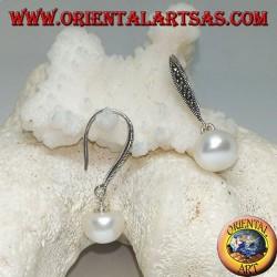 Серебряные серьги с белым пресноводным жемчугом и крючком из марказита