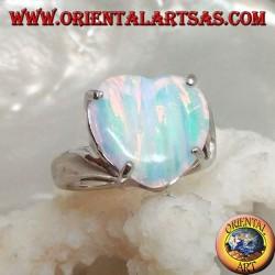 Anello in argento con opale bianco striato a cuore incastonato a quattro e montatura asimmetrica