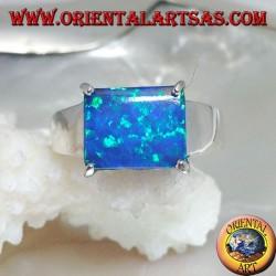 Anello in argento con opale blu rettangolare orizzontale incastonato a quattro