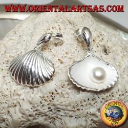 Серебряные серьги с матовой раковиной внутри и пресноводным жемчугом