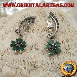 Boucles d'oreilles en argent avec arc en marcassite et fleur pendentif avec cinq pétales d'émeraude naturels