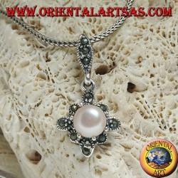 Ciondolo in argento con perla d'acqua dolce incastonata su un rombo quadrato di marcassite