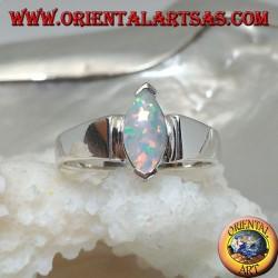 Bague en argent avec opale arlequin navette sertie sur les pointes