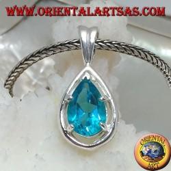 Ciondolo in argento con topazio azzurro sfaccettato incastonato su rialzo di montatura a goccia