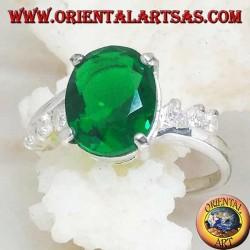 Anello in argento con smeraldo sintetico ovale incastonato su montatura asimmetrica e tre zirconi sui lati
