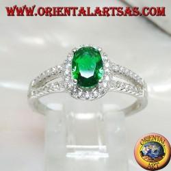 Silberring mit ovalem synthetischem Smaragd, umgeben von Zirkonen und zwei seitlichen Linien
